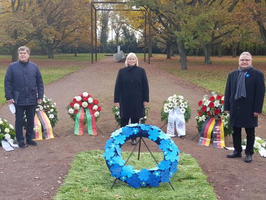 Auf dem Westfriedhof gedenken zum Volkstrauertag Dieter Steinecke (Volksbund Dt. Kriegsgräberfürsorge), Landtagspräsidentin Gabriele Brakebusch und Bürgermeister Klaus Zimmermann (v.l.n.r.)