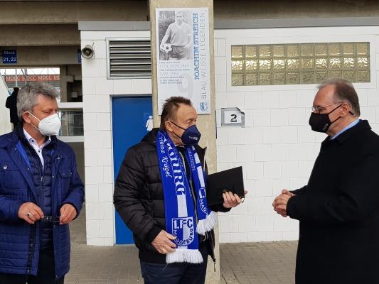 Am 17. April wurde die FCM-Spielerlegende Joachim Streich (m.) durch den Ministerpräsidenten Dr. Reiner Haseloff (r.) mit der Ehrennadel des Landes Sachsen-Anhalt ausgezeichnet. Mit dabei FCM-Präsident Peter Fechner (l.).