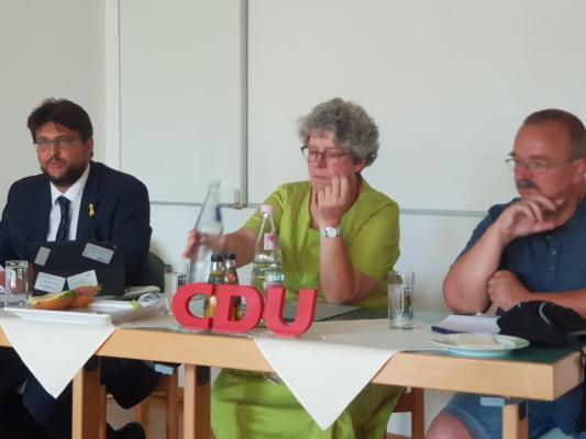 Das Präsidium bei der CDU-Kreisvorstandssitzung am 13. Juli. Kreisvorsitzender Tobias Krull MdL, stellv. Kreisvors. Anne-Marie Keding MdL und Ratsfraktionsvors. Wigbert Schwenke (v.l.n.r.)