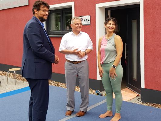 Die Spendenaktion von Ana Maria Winzerling für zwei Kinderheime am 16. Juli unterstützen unter anderem Bürgermeister Klaus Zimmermann und Tobias Krull MdL (v.r.n.l.).
