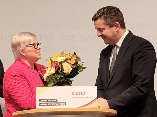 Der wiedergewählte Landesvorsitzende Sven Schulze erhält Glückwünsche der Landtagspräsidentin a.D. Gabriele Brakebusch. Die Neuwahl des Landesvorstandes erfolgte am 02. Oktober in Leuna.